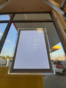 Монтаж рекламных витринных подвесных панелей кристалайт в Ставрополье.